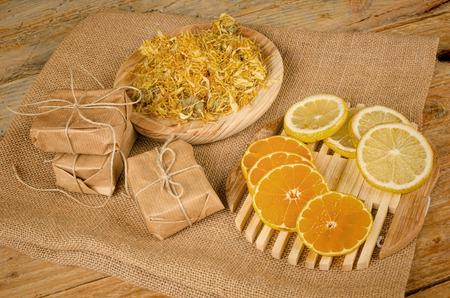 productos de belleza: Jabón natural rodeado de algunos de sus ingredientes