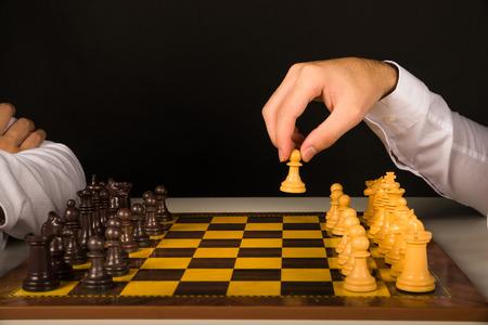 empezar: Hombre pe�n de ajedrez explotaci�n de la mano, a punto de comenzar el juego Foto de archivo