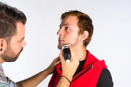 shorten: Peluquer�a recortar la barba con una maquinilla de afeitar el�ctrica