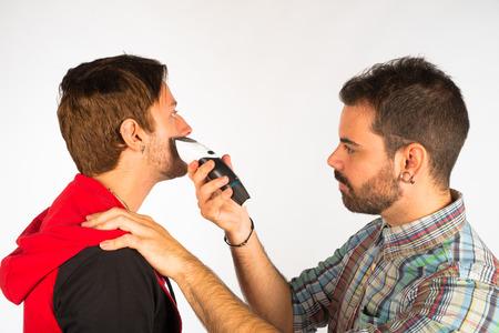 shorten: Peluquer�a recortar la barba con una rasuradora el�ctrica