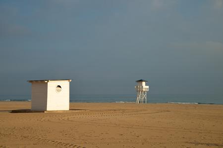 cabane plage: Petite cabane de plage et de la tour lifguard sur une plage de sable Banque d'images