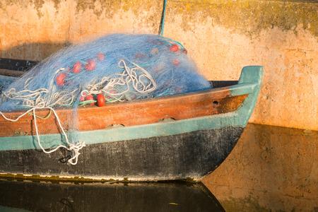 redes de pesca: Barco viejo con redes de pesca en la proa