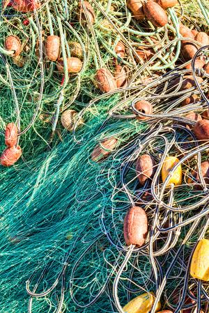 redes de pesca: Las redes de pesca y otros trastos en un mont�n desordenado Foto de archivo