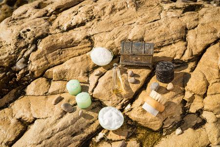 productos de aseo: Art�culos de tocador naturales clasificadas en un escenario al aire libre