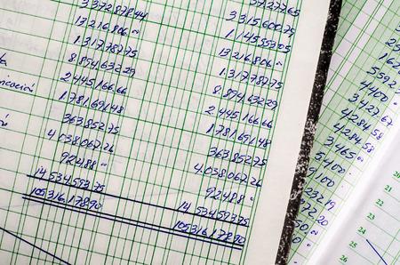 nombres: La comptabilit� manuscrite sur les pages ouvertes de quelques vieux livres