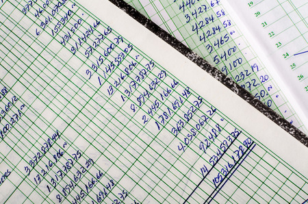 contabilidad: Contabilidad manuscrita en las p�ginas abiertas de algunos libros mayores de edad