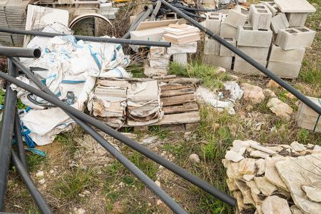 materiales de construccion: Perfectamente buenos materiales de construcci�n objeto de dumping, un concepto de crisis inmobiliaria Foto de archivo
