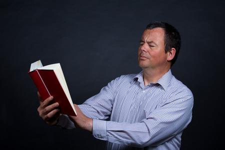personas leyendo: Hombre encontrando cada vez m�s dificultades para leer sin gafas