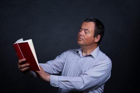 increasingly: Uomo che trova sempre pi� difficile da leggere senza occhiali