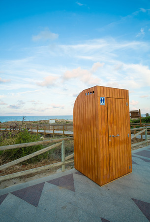 provisional: Cabina de aseo de madera en un paseo de la playa