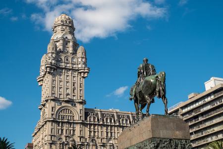 国民的英雄アルティガス像とモンテビデオ独立広場