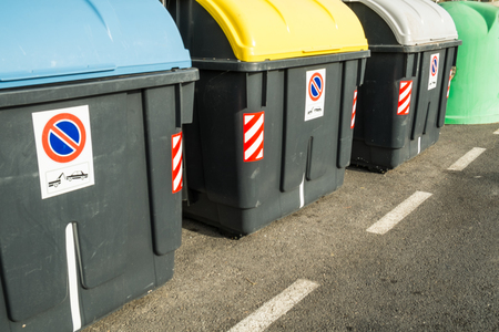 reciclable: Containers in different colors to collect recyclable waste