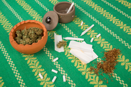 spliff: Ingredients and accessories to roll a joint