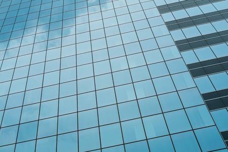 toma completa del marco de la fachada de espejo de un edificio corporativo