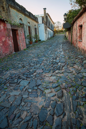 Cobblestone streets and low houses in Colonia old town, Uruguay Imagens