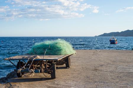redes de pesca: redes de pesca tradicionales en un pequeño puerto del Mediterráneo