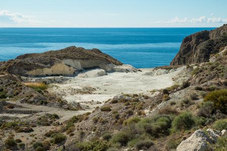 paisaje mediterraneo: Pequeña mina de arcilla a cielo abierto en un paisaje mediterráneo