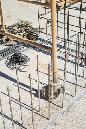 rejas de hierro: Marco de barras de hierro en una obra de construcción Foto de archivo