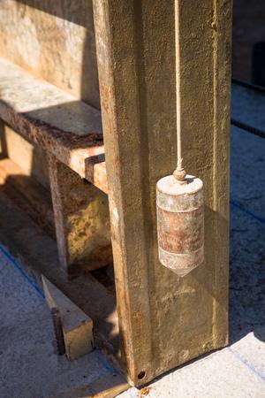 spirit level: Pendulum used as spirit level to measure the precision of a forwork encasement