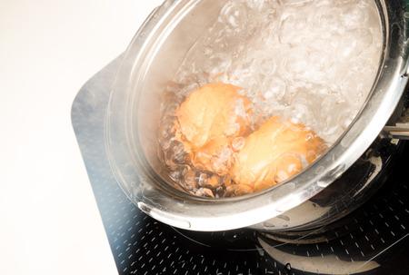 steel pan: Preparaci�n de huevos duros en una cacerola de acero