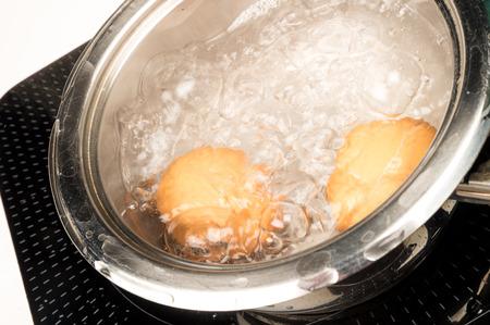 steel pan: Preparación de huevos duros en una cacerola de acero