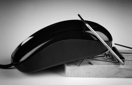 compras compulsivas: Computer mouse in a trap, a  e commerce and computer addiction concept