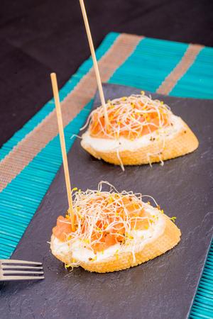 queso cabra: Pincho de salmón tapa estilo que se presentan en el queso de cabra Foto de archivo