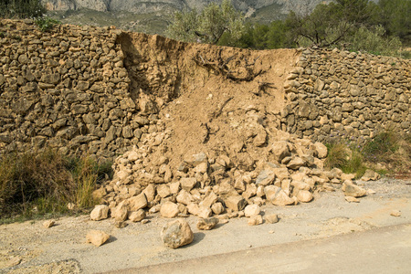 Destroyed masonry contention wall after a severe mudslide