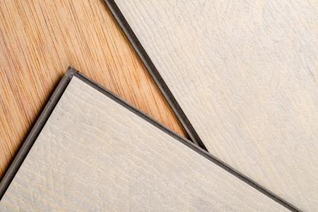 détail prendre de deux produits de plancher de sauna prêt à être nettoyé pour leurs lèvres et rainures Banque d'images
