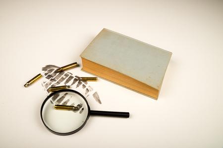 Misdaad scene en boek, een literair concept. Stockfoto - 83033270