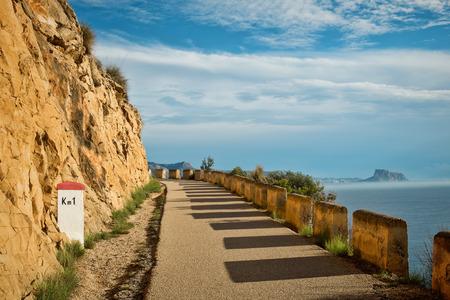 Schilderachtige weg met uitzicht over de baai van Altea, Costa Blanca, Spanje