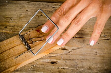 Hands in a mouse trap Imagens