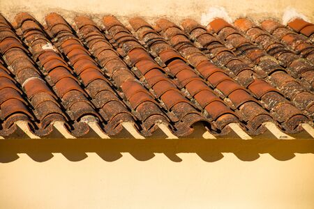 Old roofing tiles on a Mediterranean town house Imagens