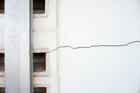 rupture: Craked concrete wall due to imbalance of building
