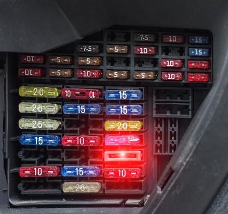 Blocco di fusibili per auto, primo piano, volt elettrico