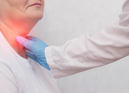 Mujer adulta de recepción en el médico que tiene problemas con la glándula tiroides y el sistema endcrino, primer plano, paciente, carcinoma, síntoma