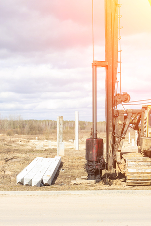 Construction and construction of the foundation on reinforced concrete driving piles in poor soil, equipment for driving piles, diesel hammer, copra Banco de Imagens