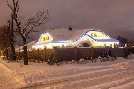 Bellissimo appartamento di Capodanno decorato con luci alla vigilia delle vacanze di Capodanno, sfondo, inverno, celebrativo Archivio Fotografico