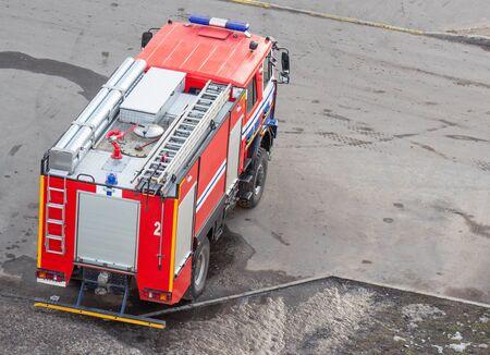 Camion de pompiers rouge avec éclairage d'urgence, sauvetage de personnes, menace pour la vie, arrière-plan Banque d'images