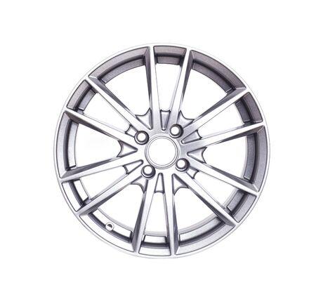 Bella ruota dell'auto sotto forma di raggi su uno sfondo bianco, isolare