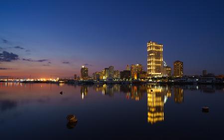 Manila Bay bij blauw uur Stockfoto