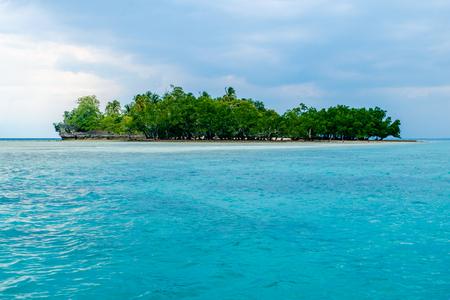 ダバオ、フィリピンのサマール地区の小さな熱帯の島 写真素材