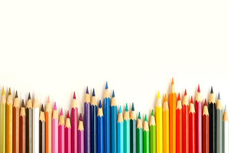 白の背景に色鉛筆の完全なセット