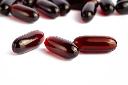 Capsule di omega 3 di olio di krill su sfondo bianco