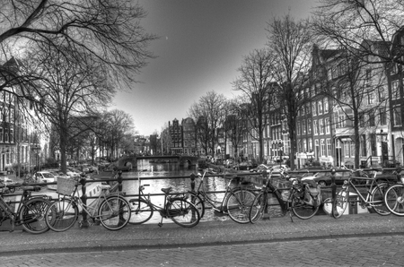 Kanaalbrug mening met fietsen in Amsterdam, Nederland