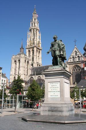 Rostros de Amberes: Rubens estatua con la catedral al fondo  Foto de archivo - 3189804