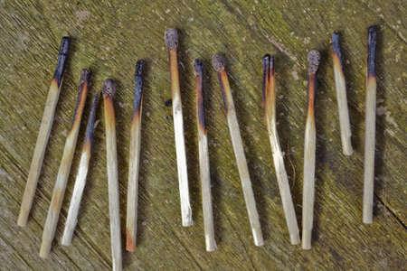 Afgebrande lucifers op houten, groen uitgeslagen tafel Stock Photo - 14992362