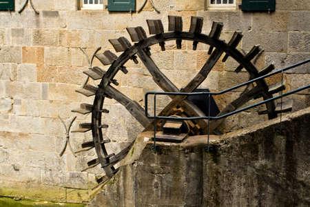 molino de agua: rueda de molino de un molino de agua