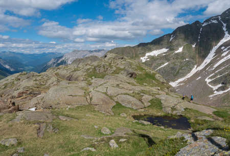 Summer view of Stubai valley from Bremer Hutte at hiking trail, Stubai Hohenweg, rock, boulders and moutain peaks. Tyrol Alps, Austria Archivio Fotografico