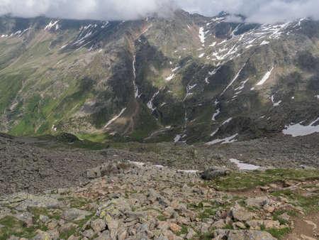 view from Niederl saddle on Nurnberger Hutte mountain hut and snow-capped peaks at Stubai hiking trail, Stubai Hohenweg, Summer rocky alpine landscape of Tyrol, Stubai Alps, Austria Archivio Fotografico